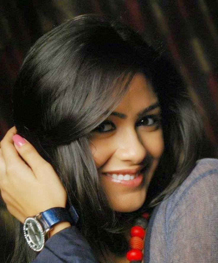 Mrunal Thakur Beautiful HD Wallpaper Free