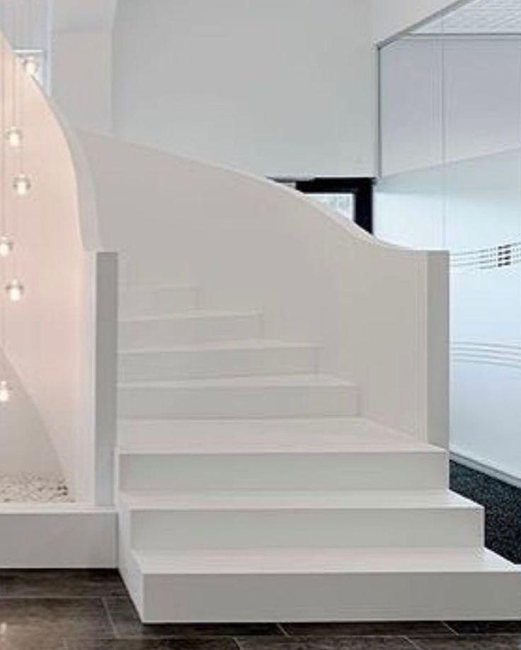 Белая лестница из искусственного акрилового камня. Белый цвет в интерьере. Дизайн лестницы. Ступени, перила из акрила.