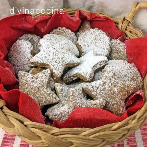 Estas galletas de jengibre se preparan en pocos minutos, la receta es muy sencilla. Puedes servir espolvoreadas con azúcar glas o pintar dibujos por encima con un glaseado.