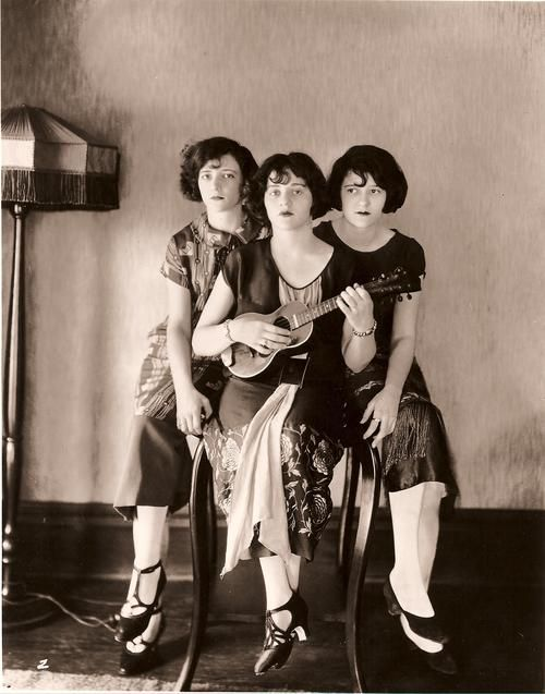 Image de The Boswell Sisters — Rare photo taken early while they were still at home in New Orleans.  L to R, Martha, Connee and Vet Boswell    1920's