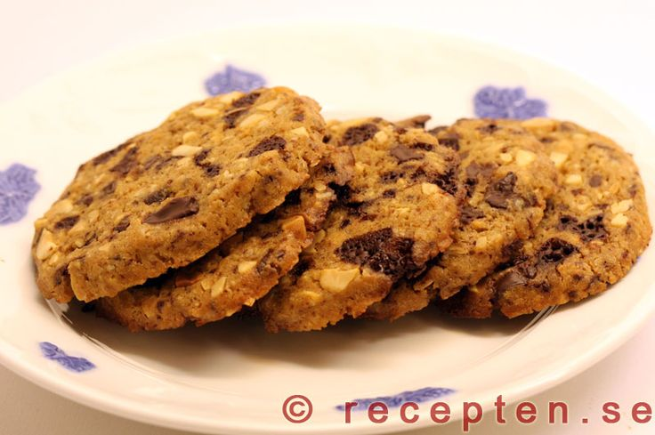 Chocolate chip cookies - Recept på chocolate chip cookies. Mycket goda kakor med choklad och jordnötter. Enkla att göra. Bilder steg för steg.