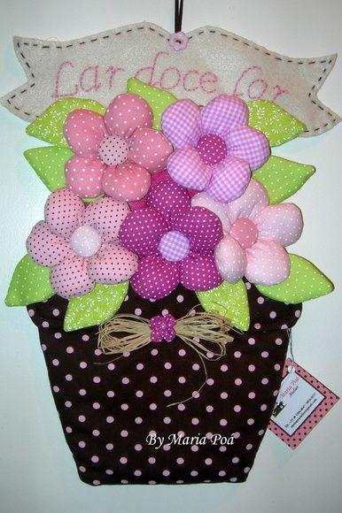 Enfeite para porta, as flore são confeccionadas pétala por pétala, não é fuxico, o bordado na faixa pode ser feito a sua escolha. R$ 39,00