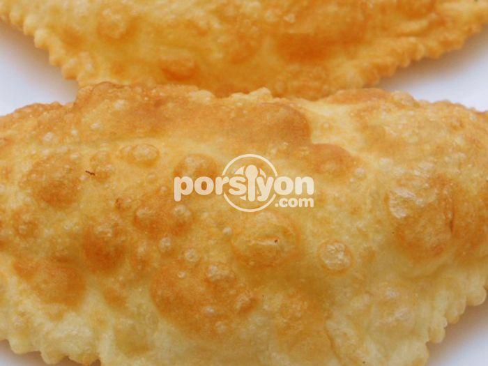 Geleneksel bir börek tarifi olan çiğ börek tarifinin adım adım yapılışını görebilir, kolayca uygulayabilirsiniz.