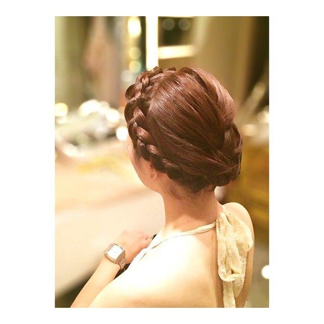 編み込みアップ#ヘアメイク#ヘアセット#ヘアスタイル#ヘアアレンジ#簡単アレンジ#編み込み#編み込みカチューシャ#編み込みアレンジ#hairset#hairdo#hairarrange#hairmake#hairstyle#braid#weaveback  おでこ出してぐるっと編み込みカチューシャして→後ろはざっくり編み込みして毛先は中へ入れ込み完成 #tomomistyle