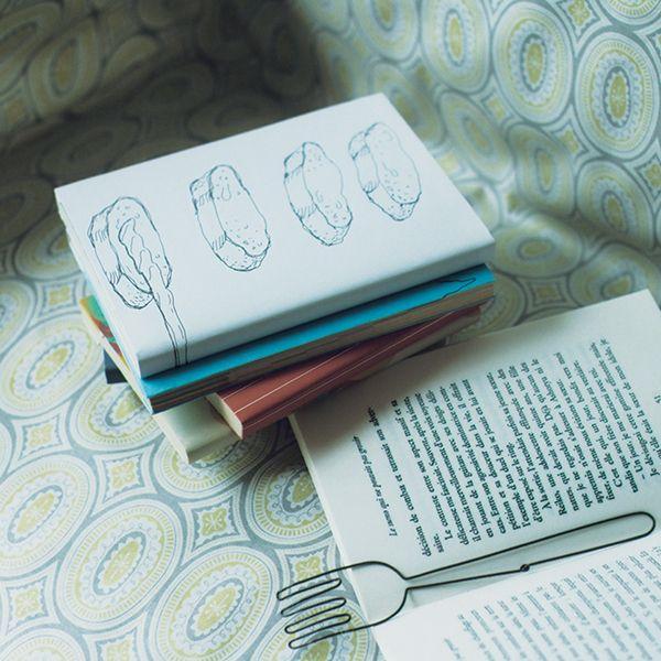 ブックカバーをかければ、本棚の生活感がなくなります。お気に入りのファブリックをカラーコピーすれば、オリジナルも作れますよ。