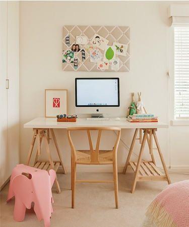 Mesa com tampo branco laqueado e cavaletes em madeira natural