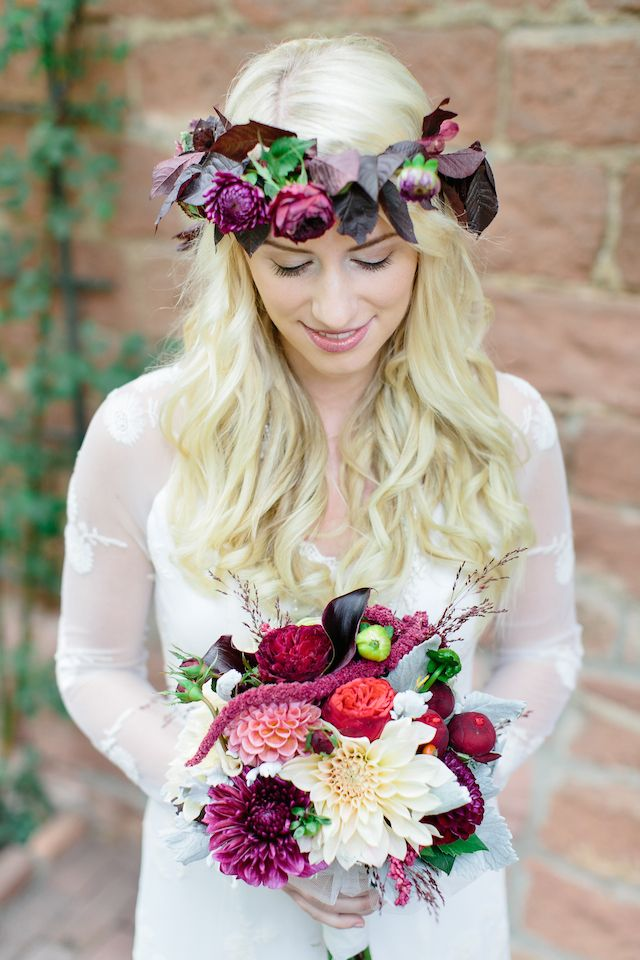 Fall foliage flower crown and autumn bridal bouquet | Julia Winkler Photography | see more on: http://burnettsboards.com/2014/11/berry-autumn-wedding-inspiration/