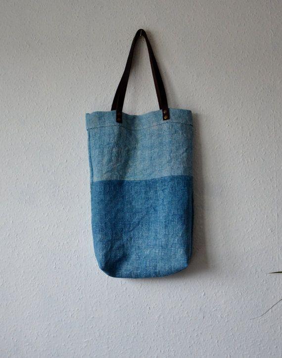 Minimalistische stijl emmer tote tas gemaakt van vintage handgeweven hennep/linnen mix weefsel met een stevige geweven. Natuurlijk geverfd in twee tinten aan het licht blauwe tinten met indigo extracten en voorzien van een donker bruin lederen riemen te passen over schouder als handtas. Aards, rustieke bohemien stijl shopper.  Handgemaakt in Engeland.  Een eenvoudig ontwerp - ideaal voor yoga, college of elke dag-handtas - past alles wat die je nodig hebt in het.  Bekleed met gedempte gele…