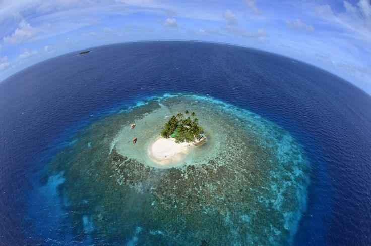周りはサンゴ礁に囲まれているのでダイビングやシュノーケルも楽しめる。