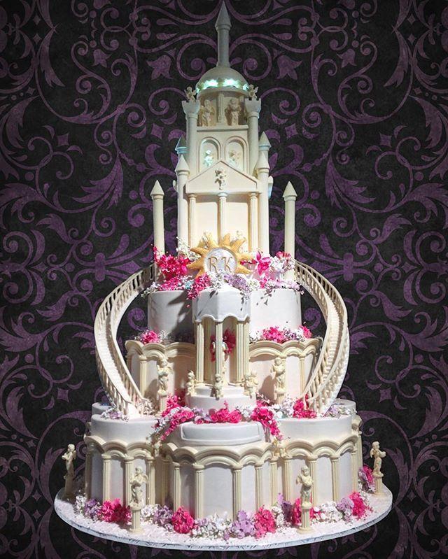 Торт в виде замка #торт#тортик#цум#шоколад#wedding#weddingcake#chocolate#большиеторты#тортынасвадьбу#тортынапраздник#тортыназаказмосква#тортнаденьрождение#cake#cakes#cakeart#cakedecor#artcake#dubai#barviha#барвихаluxuryvillage#abudhabi#tsum#weddings#weddingday#эксклюзивныеторты#банкетныйзал#свадьба#luxurywedding#weddingplanner#decorwedding