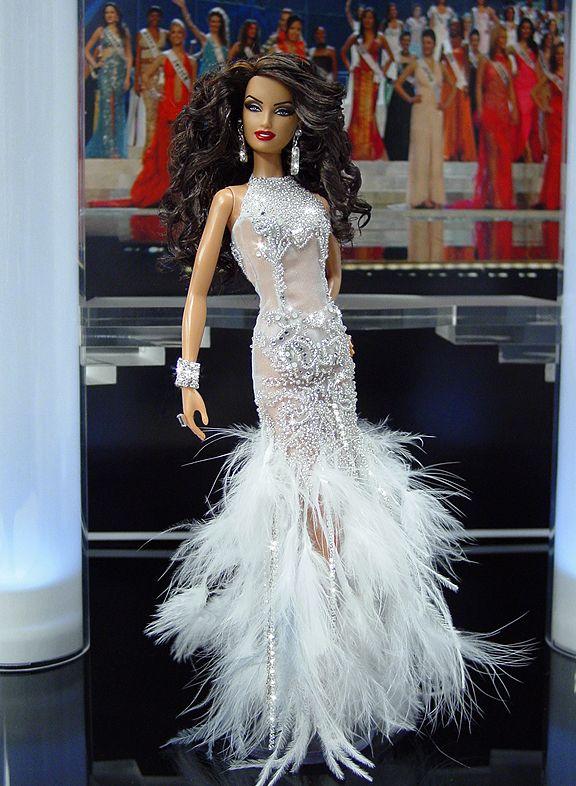 Miss Portugal 2011 - Desde la parte occidental de la Península Ibérica, conocida por su exploración del mundo a principios de Portugal envía un extremadamente atractiva delegado va-Voom que llevaba un vestido inspirado en un vestido de alta costura de la vendimia Cavalli. La señorita Portugal funciona la pista en su sexy vestido de noche sin espalda estilo de organza pura desnuda - OOAK Barbie NiniMomo's Miss Portugal 2011