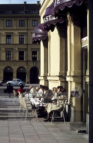 Café Annast, 70er Jahre Aldiami/Timeline Images #Café #Sonne #München #Odeonsplatz #70er