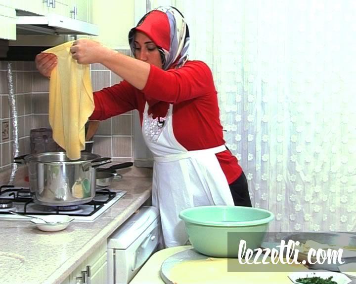 Su Böreği nasıl yapılır? Resimli tarifle yapmayı öğrenin. Fotoğraflı tarifle Su Böreği yapın.