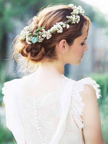 下の方でまとめた髪に細かな花のかんむりがぴったりマッチ。