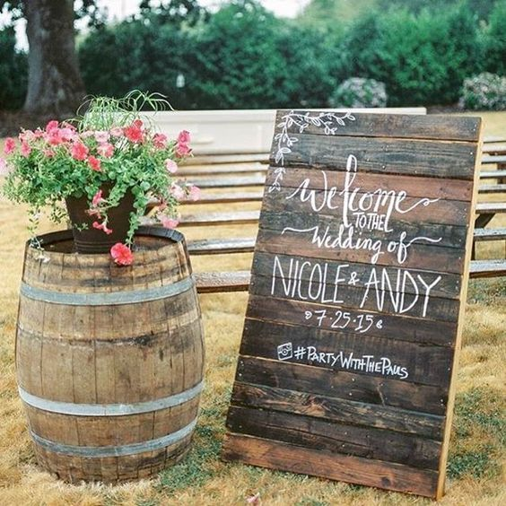 WEDDING Welcome Pallet Sign / http://www.himisspuff.com/rustic-wood-pallet-wedding-ideas/10/