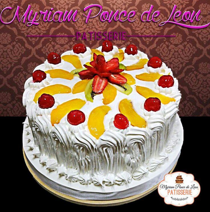 Torta de merengue y frutas frescas