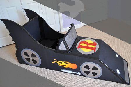 Carro de Batman que é mesa de leitura e suporte para os livros