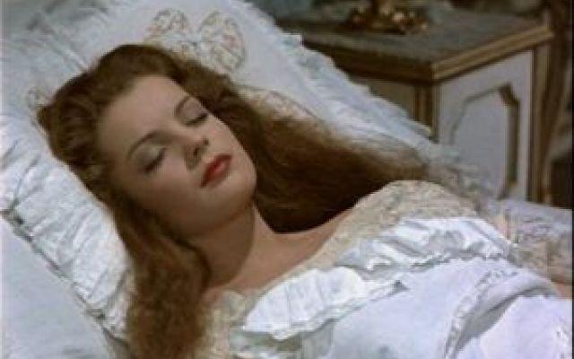 Sissi: un cuscino di seta per la bellezza dei capelli Sissi era molto bella e faceva di tutto per conservare il più a lungo possibile la propria avvenenza. Molte cure l'imperatrice d'Austria le dedicava ai capelli, naturalmente splendidi, lunghi, folti  #sissi #capelli #seta
