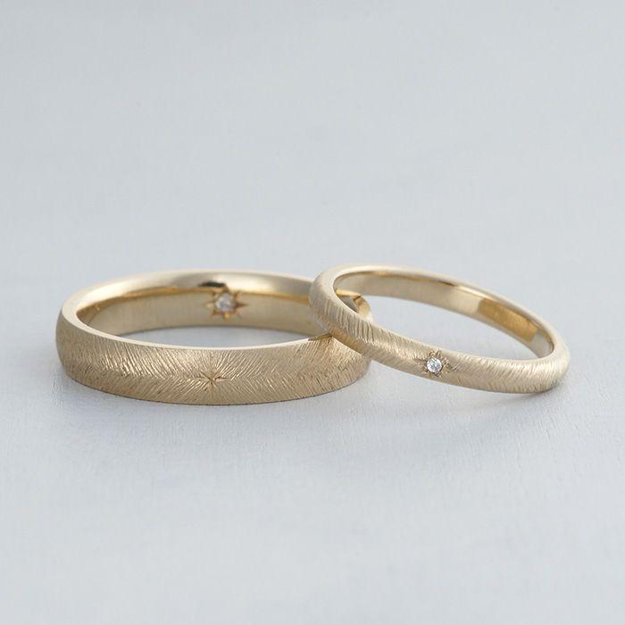 マリッジリング:Piuma(ピウマ)中心に一粒のダイヤモンドを入れ、そこから左右に広がる羽をイメージしたデザイン。 繊細な羽をイメージした細い連続した彫り模様が美しい影を生み出す結婚指輪。 [marriage,wedding,ring,gold,diamond,ダイヤモンド,マリッジリング,ゴールド]