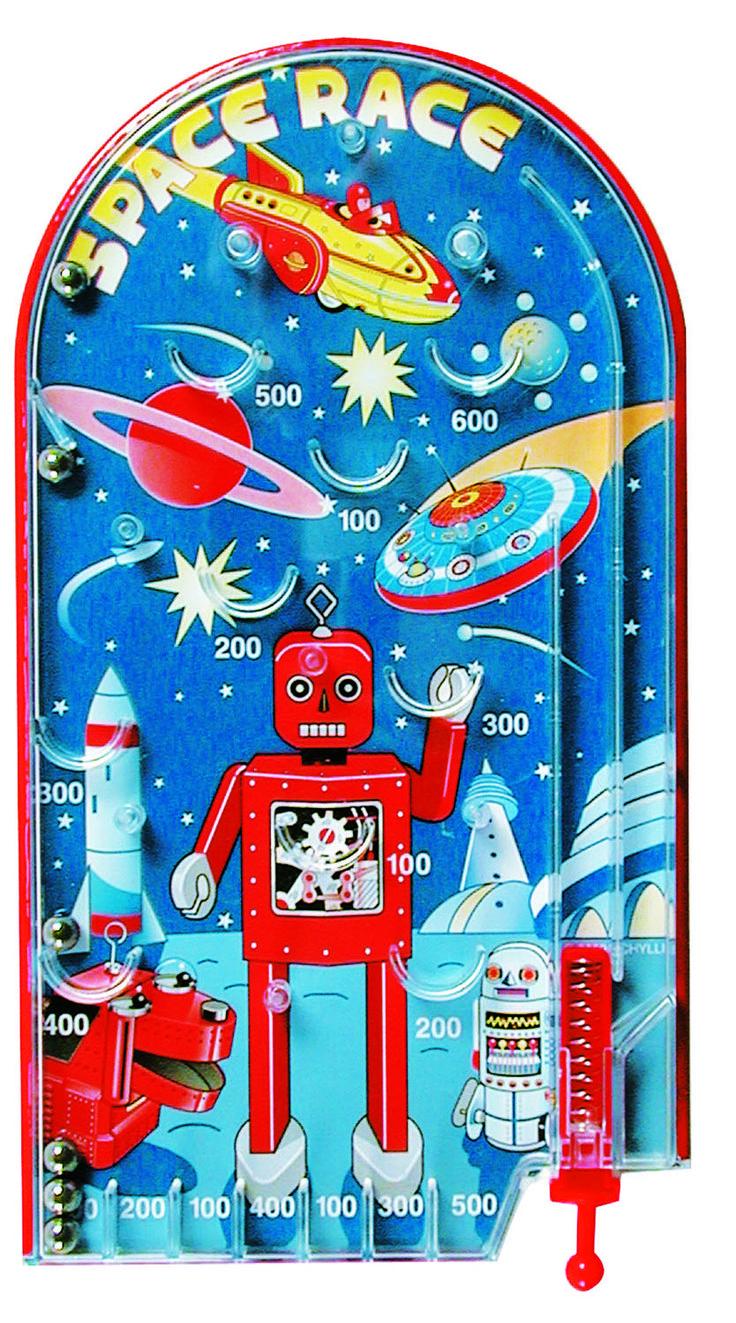 Flipperkast robot *** Deze robot flipperkast van Schylling is de favoriet van jong en oud. Trek aan het hendeltje en het balletje schiet omhoog. Daag vriendjes uit om zo veel mogelijk punten te scoren. Een leuke retro tekening van raketten, planeten en een robot maken van dit speeltje een uniek cadeau om te geven en te krijgen.