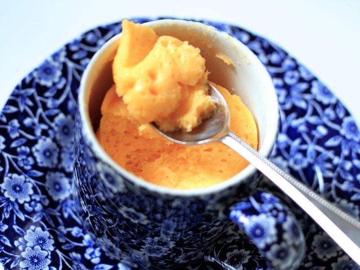 マグカップで材料を混ぜて、わずか5分でできる手軽なマグカップチーズケーキ。混ぜて電子レンジでチンするだけで、ふわふわのチーズケーキが作れます。洗い物も出ない簡単レシピです。