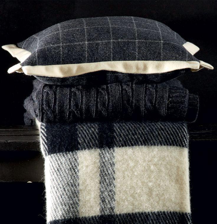 Coussin en laine à carreaux gris anthracite et blanc volants blancs  #coussin #design #déco #décoration