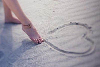 La playa para Emily siempre fue un lugar en el que evadirse del mundo, un lugar donde esconderse y disfrutar de la soledad, y donde pasar las horas sin importarle nada más que el suave tacto de la arena y el aroma del mar… ¿Quién iba a decirle que sería también el escenario de su primera historia de amor, y más que eso… que sería el escenario de su obsesión, y de su irremediable locura?