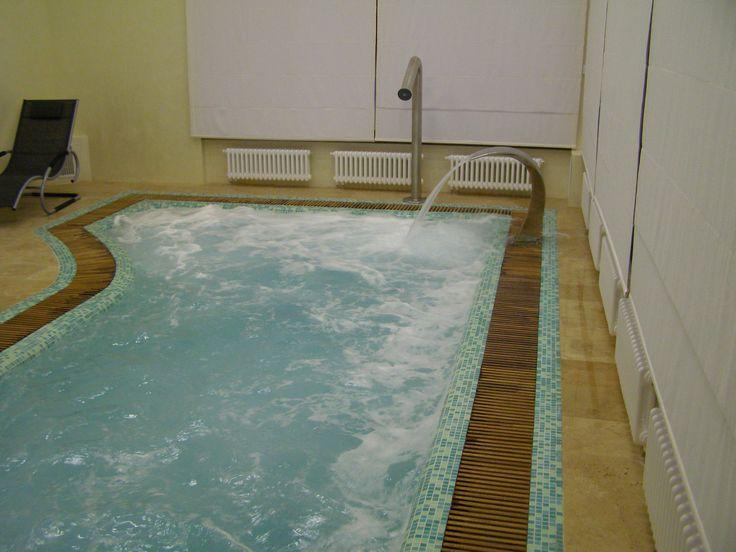 Переливной бассейн в домашнем СПА. Решетка переливного  лотка из тика.