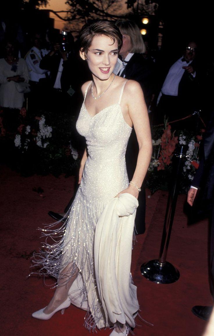 Winona Ryder  En el año 1994, la actriz estaba nominada por la película The Age of Innocence y lució un vestido con flecos que reunía lo mejor del estilo años 20 y el minimalismo de los 90.