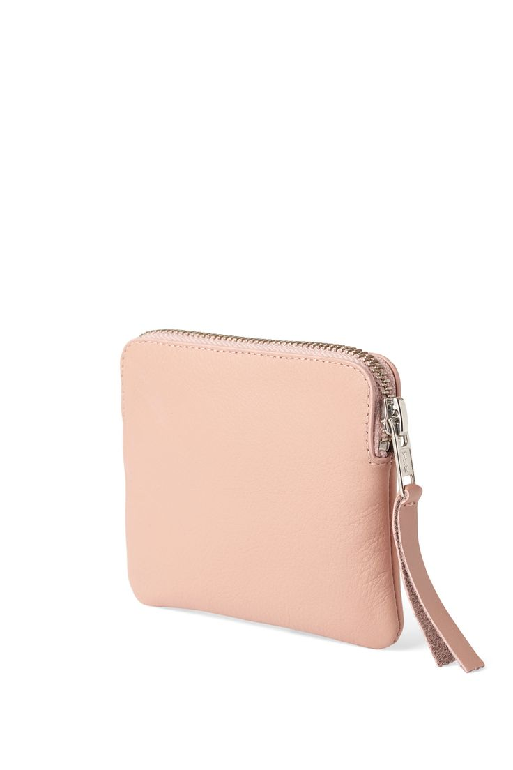 <p>The Mine Leather Wallet is a practical leather wallet that fits your essential cards and coins. It has a metallic zipper closing with a leather tassel de