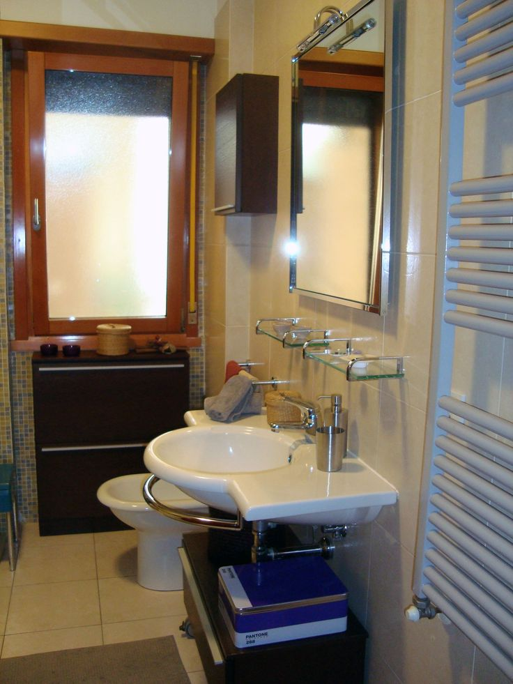 Bagno con sanitari Catalano, pavimento e rivestimento lato lavabo ...