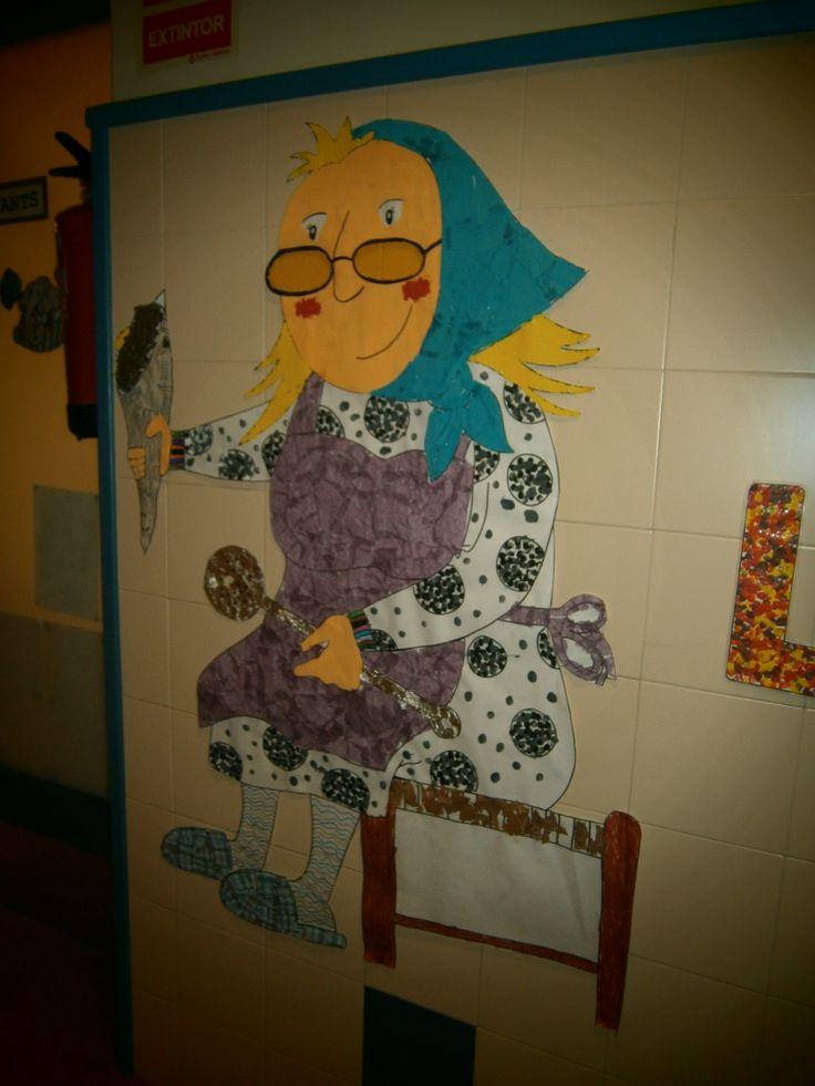 Aquesta és la Castanyera de P5! Vam fer-la amb roba, pintura, retoladors, ceres, fulles seques, paper de diari i de plata, paper de seda, de cel·lofan i gomets!