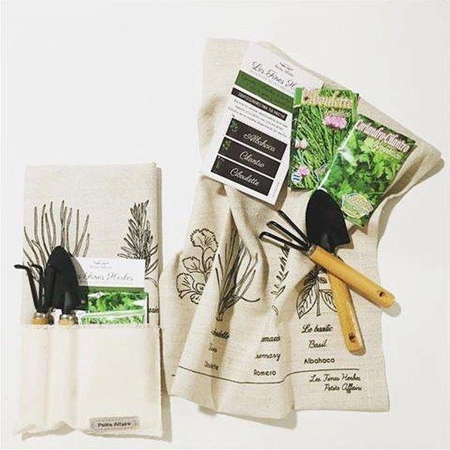 NEW NEW NEW  Gardening Set .  Sobre con bolsillos que incluye 1 Repasador de lino 100% fibra natural  Fines Herbes + 3 sobres de semillas aromáticas +  2 herramientas para trabajar la tierra. #hacetuhuerta #jardinería #kitchen #decoracion #huertapropia www.bychecha.com.ar