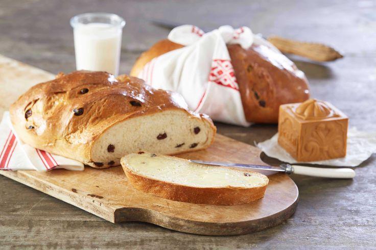 Julebrød, eller julekake er blitt bakt helt siden bronsealderen. Jo mer godsaker man hadde i julekaken i form av rosiner, sukat og sukker, desto m...
