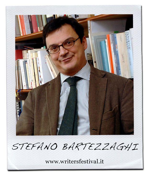 """Stefano Bartezzaghi (Milano, 20 luglio 1962), giornalista e scrittore,  si è laureato al DAMS di Bologna con Umberto Eco. È figlio di Piero Bartezzaghi, famoso enigmista. Dal 1987 ha tenuto rubriche sui giochi, sui libri, sul linguaggio. Attualmente collabora con il quotidiano La Repubblica, per il quale pubblica le rubriche """"Lessico e Nuvole"""", """"Lapsus"""", """"Borsa Titoli"""", e come critico televisivo del settimanale l'Espresso. Dal 2010 insegna Semiotica dell'enigma presso lo IULM di Milano."""