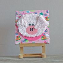Schilderij van stof van een schattig varkentje voor een leuk babykamertje.