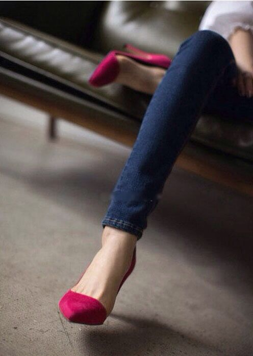 Hot pink pointed toe shoe. Wonder if I could pull off this look with a natural coloured wedge with a painted toe.