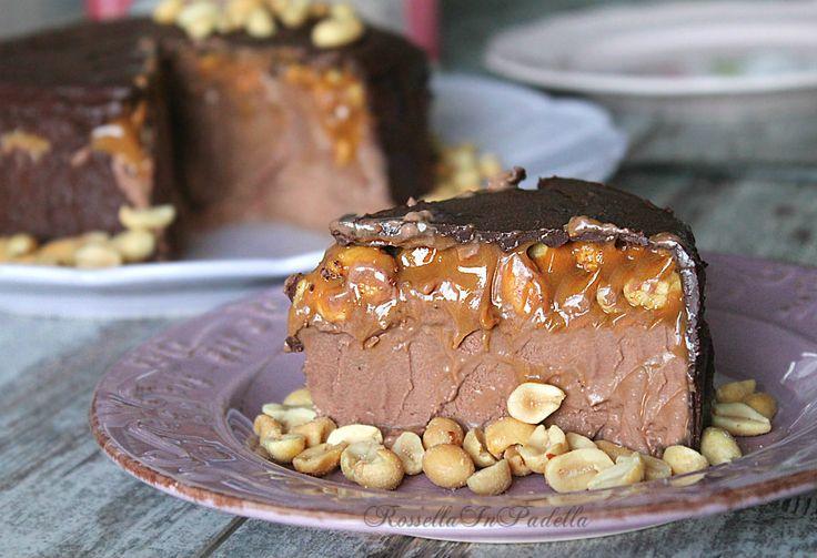 Torta snickers, golosa torta fredda senza cottura. Fantastica unione tra arachidi, caramello mou e cioccolato fondente. Solo per gran golosi