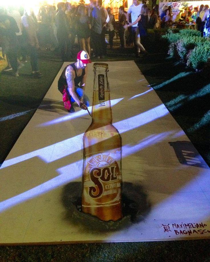 Maximiliano Bagnasco pintando en After Sol para Cervezas Sol una pintura anaformica. Las pinturas 3D o anaformicas logran un efecto perspectivo utilizado en arte para forzar al observador a un determinado punto de vista preestablecido o privilegiado, desde el que el elemento cobra una forma proporcionada y clara. Street Art