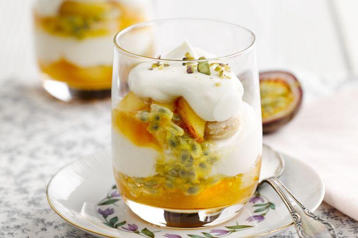 fruitgerecht - perziken, passievruchten, ... - Meng in een maatbeker de perzikenconfituur met 80 milliliter Cointreau en het sinaasappelsap.