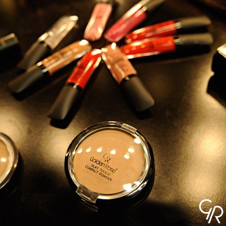 Silky Touch Compact Powder ve Color Sensation Lipgloss, kusursuz görünüm için vazgeçilmez ikili!