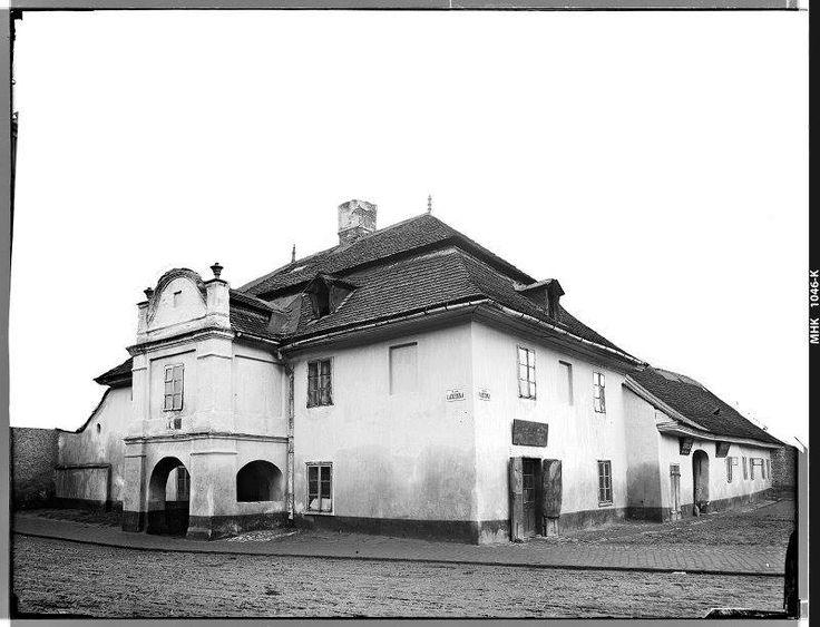 Nieistniejący (zburzony w 1909 roku) budynek u zbiegu ulic Łaziennej (dziś Adama Asnyka) i Basztowej. Zakład Fotograficzny Ignacego Kriegera, pocz. XX wieku.