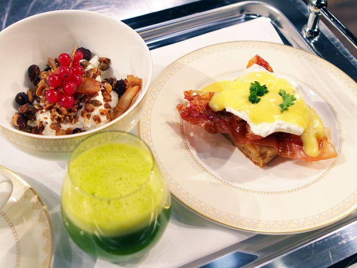 Eggs Benedict, yoghurt med granola och apelsin- och spenatjuice | Recept från Köket.se