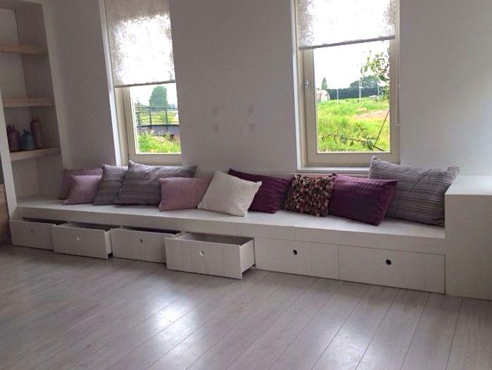 Een houten bank mooi ingebouwd geeft een gezellige for Huis en interieur