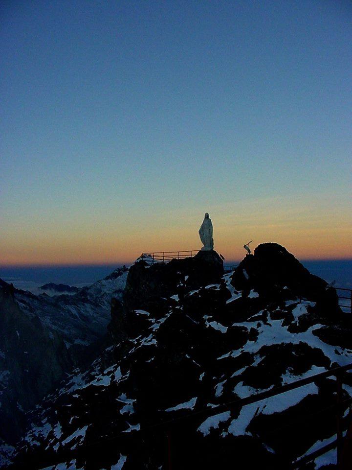 Bello atardecer en el Estado Mérida... majestuosa imagen de la Virgen de las Nieves en el Pico Espejo.