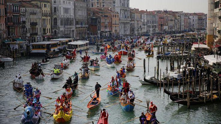 COLORÉS. Comme tous les ans à la même période, le carnaval de Venise a ouvert ses portes il y a quelques jours et doit se prolonger jusqu'au 28 février. Alors, pour l'occasion, des centaines de bateaux multicolores ont défilé sur le canal de Cannaregio, l'une des voies navigables principales de Venise, pour le plus grand bonheur des touristes et des Vénitiens, prêts à vivre l'un des carnavals les plus célèbres et les plus anciens du monde.