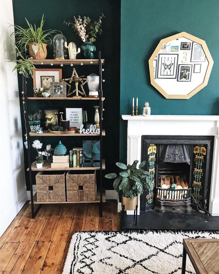Grüne Wände, Spiegel, Sonnenblumenkacheln am Kamin, gestyltes Regal und