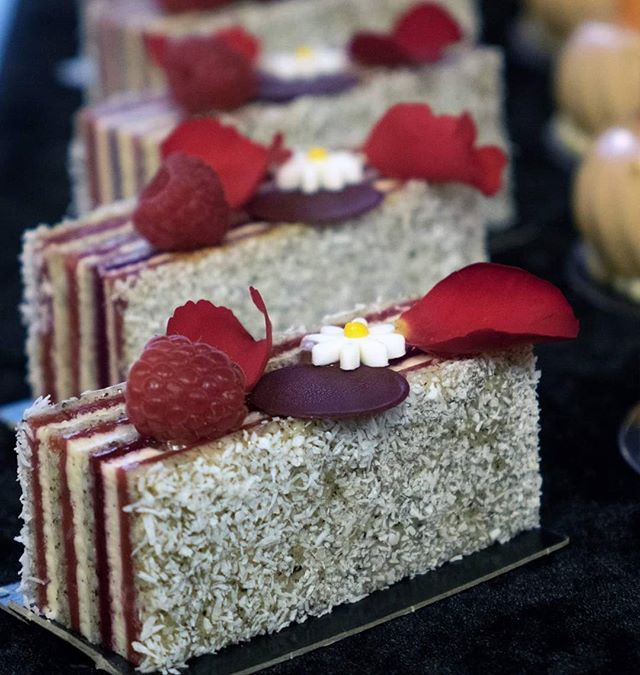 Petit gâteau Ecrin thé framboises vanille #foodgasm #vscofood #vscogood #cakeart #vscocam #cheflife #foodphoto #gastronogram #vscam #pastrypassion #foodphotography #foodshare #dessertmasters #foodstagram #pastrychef #frenchpastry #frenchchef #pastry #sexycake #schokolade #chocoholic #chocolatier #foodporn #gourmandise #chefsofinstagram #chefsroll #top