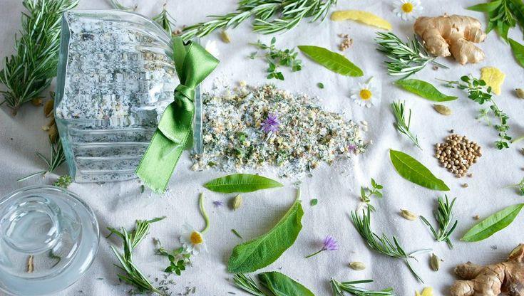 Le erbe aromatiche non dovrebbero mai mancare in cucina, nella mia vi garantisco che, insieme alle spezie, ci sono sempre. Salvia, origano, maggiorana, basilico, timo, rosmarino, verbena e tantissime altre: adesso è il periodo migliore per coltivare tutte le erbe aromatiche che preferite, in giardino o sul balcone in tanti vasi. Sarebbe preferibile usare le erbe aromatiche sempre fresche per preservare il loro aroma ma poi purtroppo arrival'inverno e spesso molte di esse si seccano, ma…