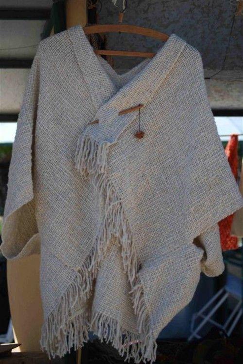 Poncho tejido en telar